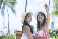 リゾートで写メを撮る20代女性2人