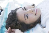 仰向けに寝転ぶ20代女性 10161017415  写真素材・ストックフォト・画像・イラスト素材 アマナイメージズ