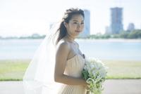 ブーケを持つ20代女性花嫁 10161017431  写真素材・ストックフォト・画像・イラスト素材 アマナイメージズ