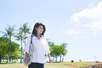 海岸を散歩する20代女性