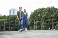 ウッドデッキを散歩する夫婦 10161017474| 写真素材・ストックフォト・画像・イラスト素材|アマナイメージズ