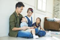 部屋の床に座る家族4人 10161017485| 写真素材・ストックフォト・画像・イラスト素材|アマナイメージズ