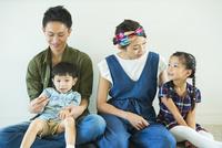部屋の床に座る家族4人 10161017486| 写真素材・ストックフォト・画像・イラスト素材|アマナイメージズ