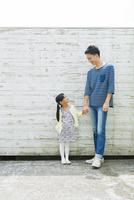 手をつなぐ父と子供