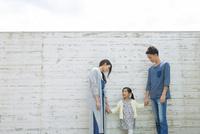 屋外で手をつなぐ家族 10161017503| 写真素材・ストックフォト・画像・イラスト素材|アマナイメージズ