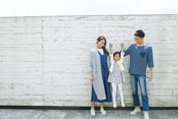 屋外で手をつなぐ家族 10161017508| 写真素材・ストックフォト・画像・イラスト素材|アマナイメージズ
