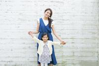 手をつなぐ母と子供 10161017509| 写真素材・ストックフォト・画像・イラスト素材|アマナイメージズ
