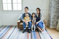 ソファーで過ごす家族4人 10161017517| 写真素材・ストックフォト・画像・イラスト素材|アマナイメージズ