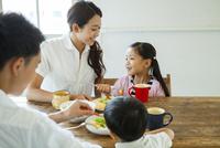家族4人で囲う食卓 10161017528| 写真素材・ストックフォト・画像・イラスト素材|アマナイメージズ