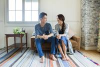 ソファーで過ごす夫婦 10161017558| 写真素材・ストックフォト・画像・イラスト素材|アマナイメージズ