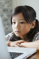 パソコンを見る女の子