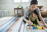 リビングで遊ぶ父と子ども 10161017599| 写真素材・ストックフォト・画像・イラスト素材|アマナイメージズ