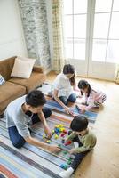 リビングで過ごす家族4人 10161017601| 写真素材・ストックフォト・画像・イラスト素材|アマナイメージズ