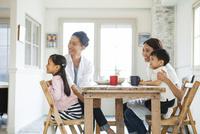 家族4人で囲う食卓 10161017608| 写真素材・ストックフォト・画像・イラスト素材|アマナイメージズ