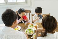 家族4人で囲う食卓 10161017612| 写真素材・ストックフォト・画像・イラスト素材|アマナイメージズ