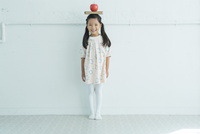リンゴを頭に乗せた女の子