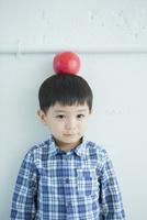 リンゴを頭に乗せた男の子
