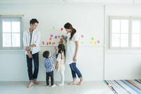 壁を使って遊ぶ家族