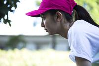 真剣な眼差しのランニングウェアの20代女性 10161017732| 写真素材・ストックフォト・画像・イラスト素材|アマナイメージズ