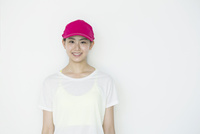 笑顔のランニングウェアの20代女性