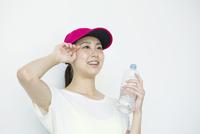 水分補給をする笑顔の20代女性