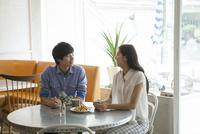 カフェでコーヒーを飲む20代男女 10161017806| 写真素材・ストックフォト・画像・イラスト素材|アマナイメージズ