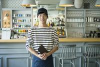 20代男性カフェ店員 10161017826| 写真素材・ストックフォト・画像・イラスト素材|アマナイメージズ