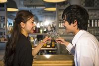 バーで飲む20代男女 10161017897| 写真素材・ストックフォト・画像・イラスト素材|アマナイメージズ