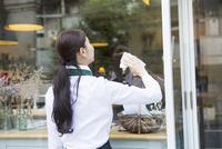 掃除をする20代女性カフェ店員