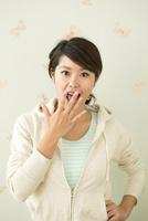 驚く20代女性 10161018071| 写真素材・ストックフォト・画像・イラスト素材|アマナイメージズ