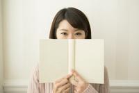 本を持つ20代女性
