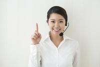 コールセンターで働く20代女性 10161018105| 写真素材・ストックフォト・画像・イラスト素材|アマナイメージズ
