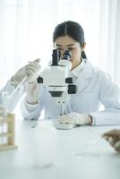 顕微鏡を覗く30代女性研究員 10161018140| 写真素材・ストックフォト・画像・イラスト素材|アマナイメージズ