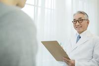 白衣を着た70代男性医師 10161018210| 写真素材・ストックフォト・画像・イラスト素材|アマナイメージズ