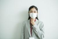マスクをした30代女性会社員 10161018224| 写真素材・ストックフォト・画像・イラスト素材|アマナイメージズ
