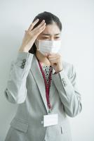 マスクをした30代女性会社員