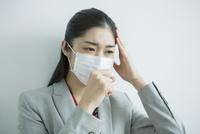 マスクをした30代女性会社員 10161018228| 写真素材・ストックフォト・画像・イラスト素材|アマナイメージズ