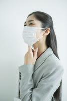 マスクをした30代女性会社員 10161018230| 写真素材・ストックフォト・画像・イラスト素材|アマナイメージズ