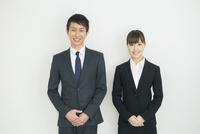 スーツ姿の20代男女 10161018288| 写真素材・ストックフォト・画像・イラスト素材|アマナイメージズ