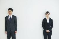 スーツ姿の20代男女 10161018293| 写真素材・ストックフォト・画像・イラスト素材|アマナイメージズ