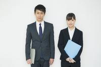 ファイルを持つスーツ姿の20代男女 10161018296| 写真素材・ストックフォト・画像・イラスト素材|アマナイメージズ