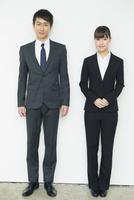 スーツ姿の20代男女 10161018315| 写真素材・ストックフォト・画像・イラスト素材|アマナイメージズ