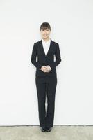 スーツ姿の20代女性 10161018317| 写真素材・ストックフォト・画像・イラスト素材|アマナイメージズ