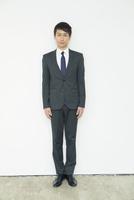 スーツ姿の20代男性 10161018318| 写真素材・ストックフォト・画像・イラスト素材|アマナイメージズ