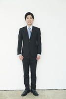 スーツ姿の20代男性 10161018320| 写真素材・ストックフォト・画像・イラスト素材|アマナイメージズ