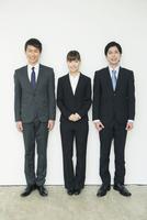 スーツ姿の20代男女3人 10161018322| 写真素材・ストックフォト・画像・イラスト素材|アマナイメージズ