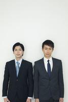 スーツ姿の20代男性2人