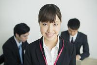 笑顔のスーツ姿の20代女性 10161018381| 写真素材・ストックフォト・画像・イラスト素材|アマナイメージズ