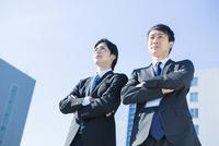 腕組みをするスーツ姿の20代男性2人 10161018401| 写真素材・ストックフォト・画像・イラスト素材|アマナイメージズ