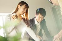 ドリンクカップを手に持ちミーティングをする20代男女3人 10161018476| 写真素材・ストックフォト・画像・イラスト素材|アマナイメージズ